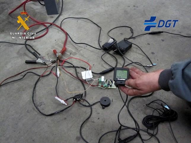 El detector de frecuencia, el discriminador de señales y el propio inhibidor, junto con el cableado, fueron intervenidos y puestos a disposición de la Jefatura Provincial de Tráfico.