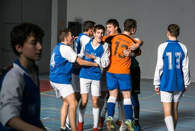 Los jugadores del Pintor Luis Sáez se abrazan eufóricos tras el pitido final, eran campeones del Torneo de Navidad.  Luis López Araico