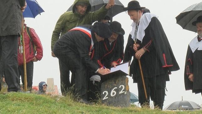 El tributo de las tres vacas se renueva oficialmente cada 13 de julio sobre la piedra de San Martín