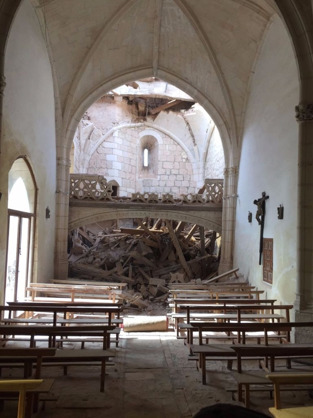 La espadaña del templo, construido entre los siglos XVI y XVII, han caído sobre la última bóveda de la iglesia y el coro de la misma junto con dos pequeñas campanas.