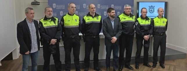Los tres agentes comunitarios posan con los jefes de la Policía Municipal y los responsables de Seguridad del Ayuntamiento Natv