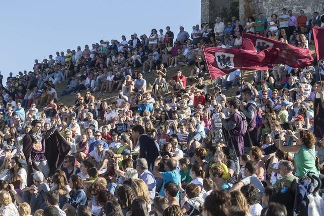 En la ladera de la iglesia de San Martín se libra una batalla que atrae a más de 4.000 personas para presenciar un espectáculo que consigue implicar a más de 200 actores, entre vecinos y amigos de la localidad.