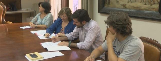 Momento de la firma entre el Gobierno de Navarra y el Ayuntamiento de Tudela