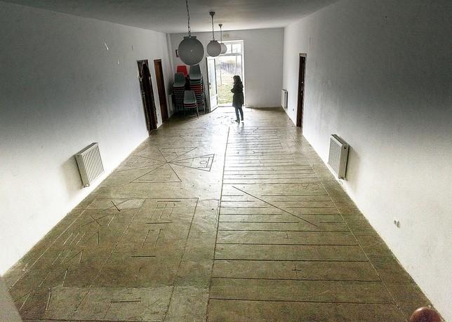 En el suelo de la entrada destaca el juego de la rayuela, grabado sobre roca y que constituía una de las bases del sistema pedagógico del sacerdote, jurista y pedagogo.