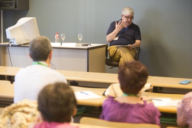Tino Barriuso ha presentado libros, dado conferencias, realizado prólogos, oficiado pregones y participado en debates, mesas redondas, recitales...  Luis López Araico