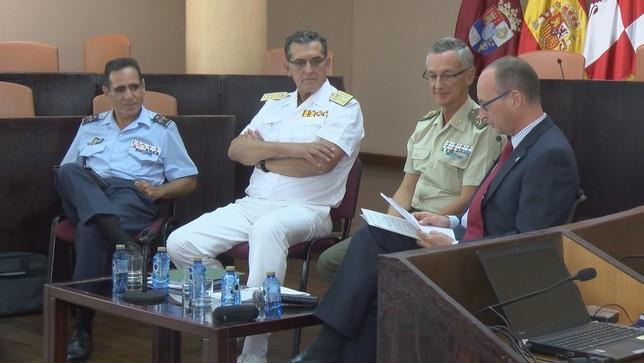 Los responsables de Asuntos Económicos de los tres ejércitos, en la charla moderada por el director del Centro de la UNED Lorenzo Aragoneses