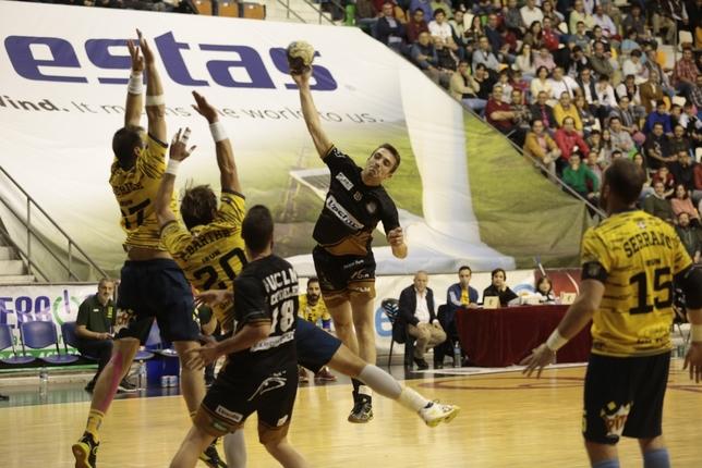 Gonzalo Almansa realiza un lanzamiento Tomás Fernández de Moya