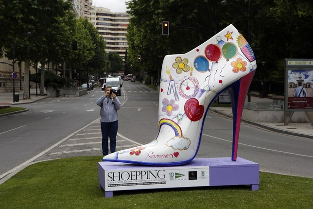 235448f2823 Uno de los zapatos gigantes que forman la exposición de arte urbano. -  Foto  Rubén Serrallé