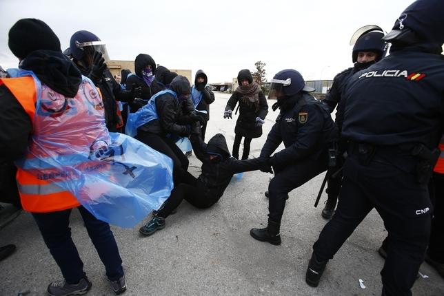 Tensión conta Policìa Nacional a la puerta de las cocheras municipales Alberto Rodrigo