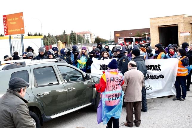Un trabajador se enfrenta al piquete con su vehículo para acceder a las instalaciones Alberto Rodrigo