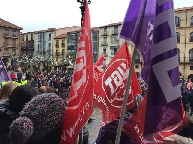 400 personas se concentran en la Plaza Mayor