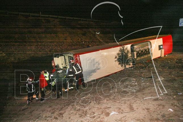 El autocar volcó del lado derecho tras recorrer varios metros de arcén en bajada.