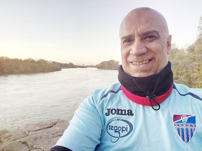 Antonio Berzal, junto al río Ebro.