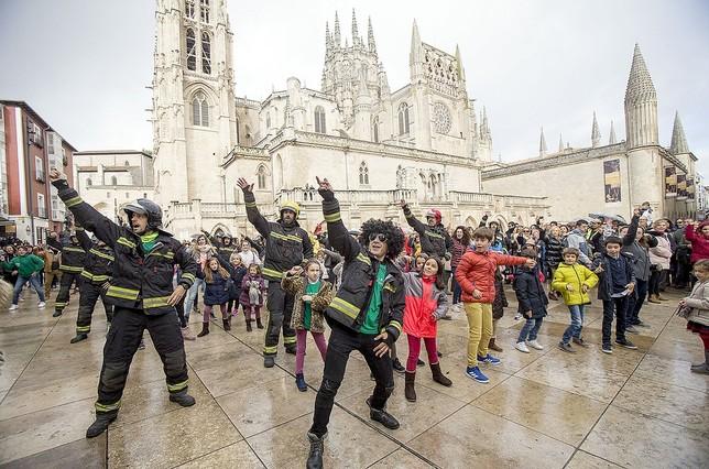 El flashmob se realizó en la plaza del Rey San Fernando.