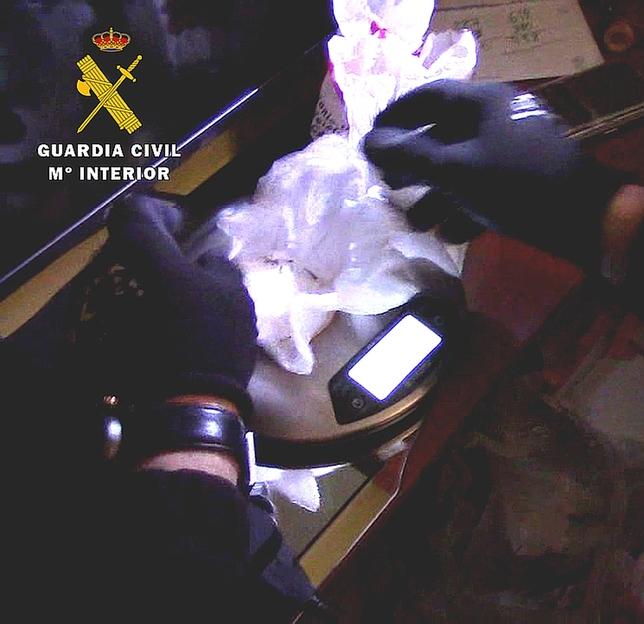 Entre lo intervenido hay 250 gramos de cocaína, 250 gramos de sustancia de corte, 200 gramos de hachís, balanzas de precisión y material para el corte y distribución de la droga. OPC
