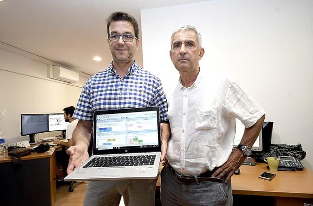 Luis Gallego y Ángel Luis Llorente posando con la aplicación en las oficinas