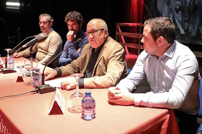 Carmelo García, en compañía de otros miembros de directiva, presentando al invitado. LT
