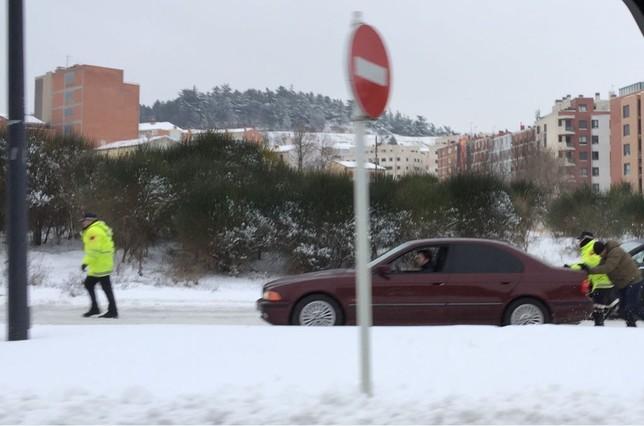 Los coches no podían circular por la avenida de la Independencia, cortada entre la glorieta Logroño y la calle Francisco de Enzinas. Alberto Rodrigo