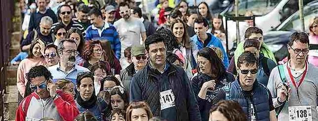 Unas cuatrocientas personas participan en la Marcha de Maristas. H. Fralie