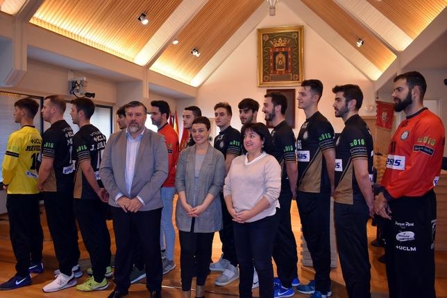 La alcaldesa de Ciudad Real (en el centro), junto a la concejala de Deportes y el presidente del Balonmano Alarcos, en la presentación de la nueva camiseta. LT