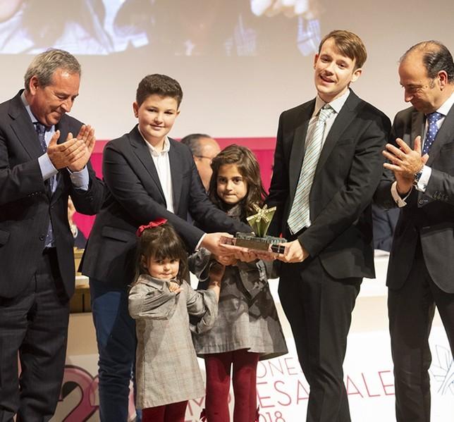 El premio a la Constitución lo recogieron Gonzalo, de 1995, Jorge de 2008 y Paola de 2010 (que subió con su hermana Sofía), porque los tres nacieron un 6 de diciembre. Yolanda Redondo