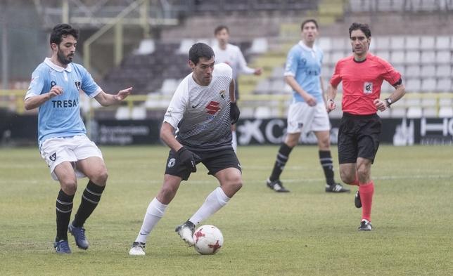 Abel Suárez, ante el Lealtad, durante uno de sus últimos partidos como blanquinegro. Valdivielso