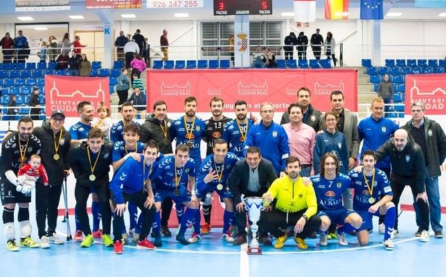 El Viña Albali Valdepeñas posa con el trofeo conquistado. ACP-FS Valdepeñas