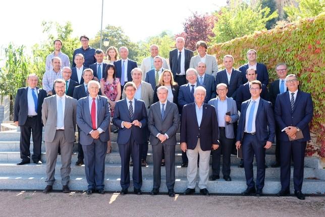 José Ignacio Goirigolzarri; y el presidente de la FES, Andrés Ortega; con socios de la FES y la directora corporativa de la Territorial de Bankia en Castilla y León, Lola Peñas