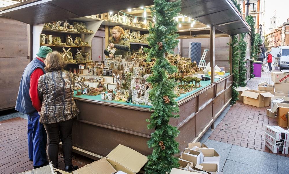 Instalación y preparativos de la decoración navideña en la Plaza Mayor Jonathan Tajes