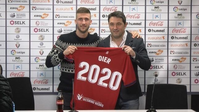 Oier Sanjurjo posa, junto con Braulio Vázquez, con la camiseta conmemorativa de su renovación con Osasuna hasta 2020 NATV