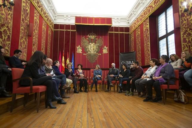 Alicia Luna, la guionista sentada junto a Icíar Bollaín, contó que conoció a 'Pizqui', de María de Padilla en unas jornadas en Almería.  Yolanda Redondo