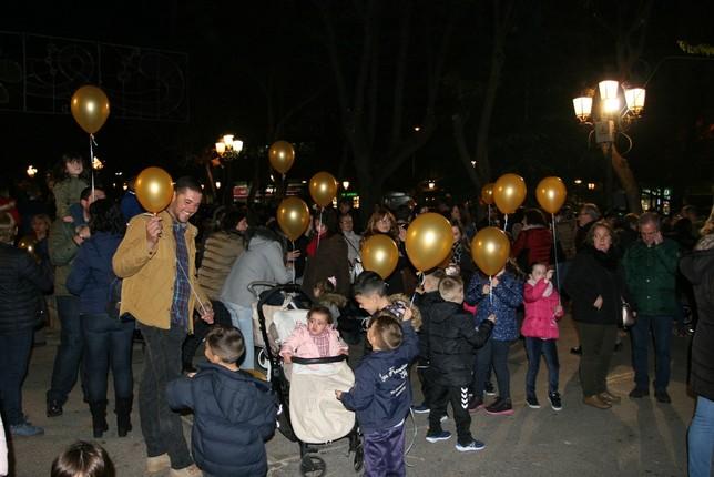 Niños con globos en la inauguración de las Navidades. D. R.