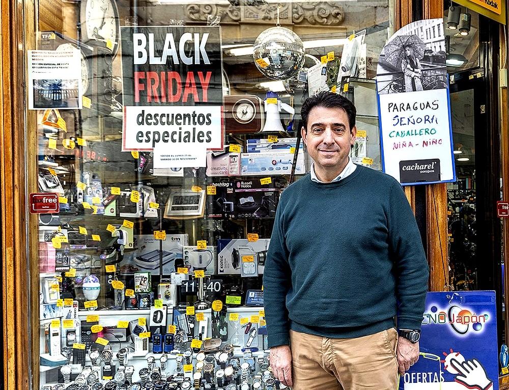 Carlos Arribas, junto al escaparate de su tienda 'Tecnojapón'.
