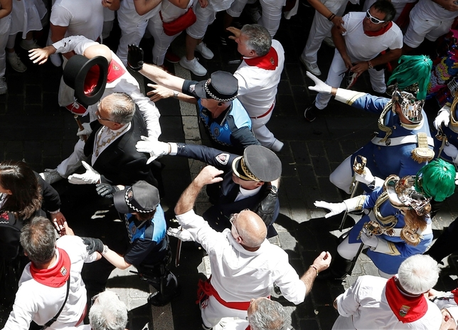 Tensión y gritos contra UPN en la subida de la calle Curia