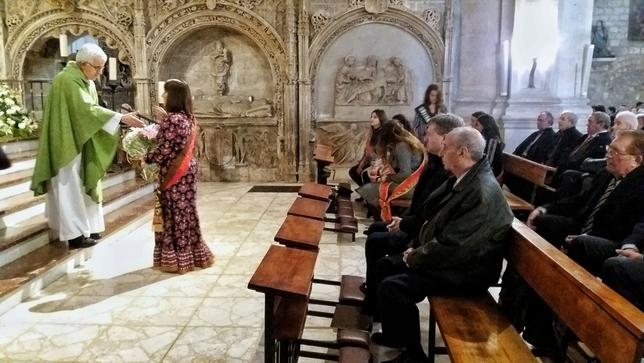 Ofrenda floral de las reinas durante la misa celebrada en San Lesmes Valdivielso