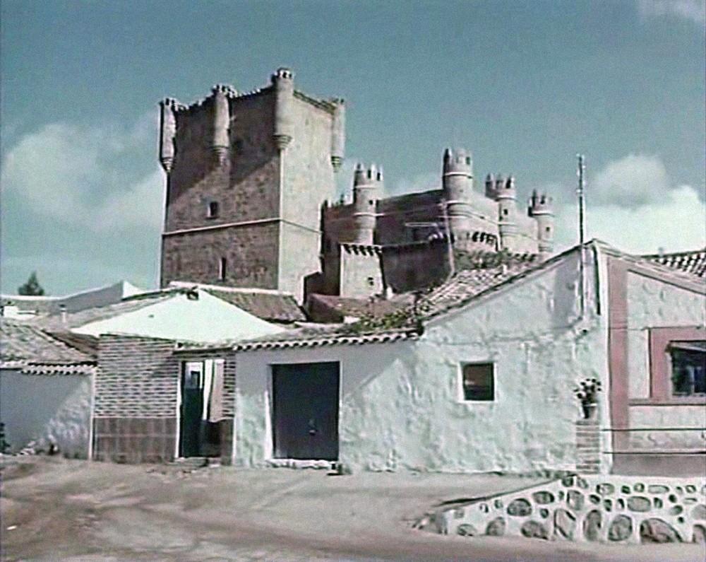 Su castillo conjuga exteriores en Guadamur (foto) con interiores en Tavera.