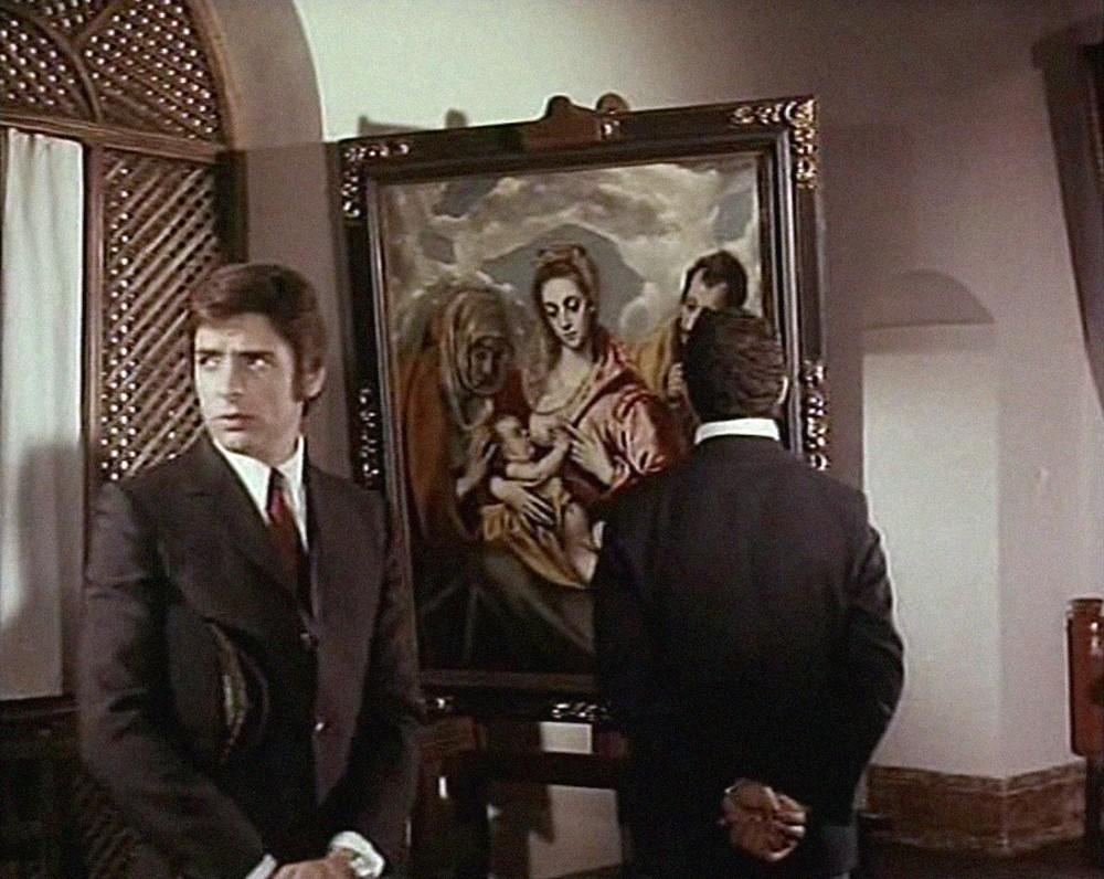 Los agentes se infiltran en el museo (Tavera) para impedir el robo de las joyas.