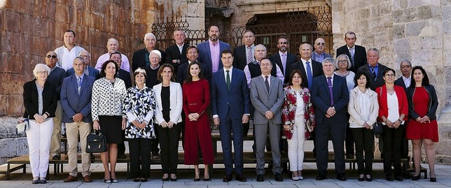 La reina Letizia, de rojo en el centro, en la foto de familia junto al presidente de lasCortes, Ángel Ibañez (d) y la ministra Teresa Ribera (i), y el resto de participantes