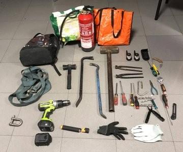 Material intervenido en el coche de los ladrones.