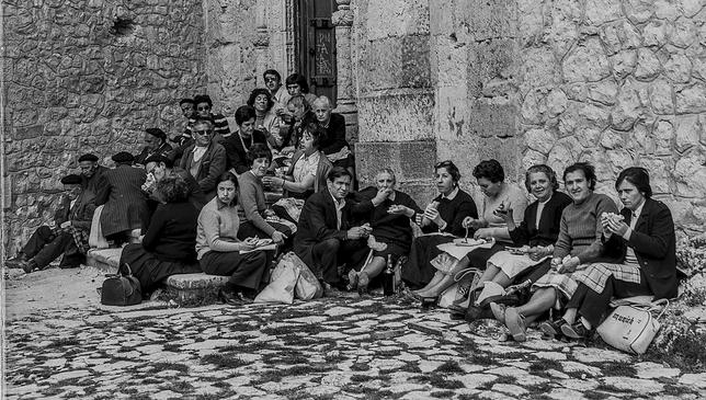 Un nutrido grupo de asistentes a la romería de 1975 come a los pies deSanta Casilda.  Fede