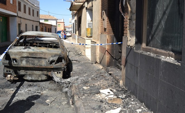 Arde un coche y el humo afecta a varias viviendas en Daimiel