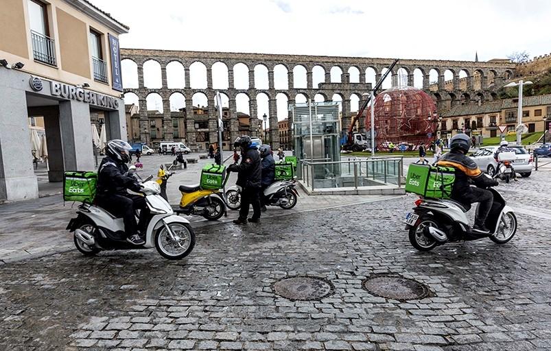 Varias motos de Uber Eats listas en la plaza de Artillería para prestar servicio.