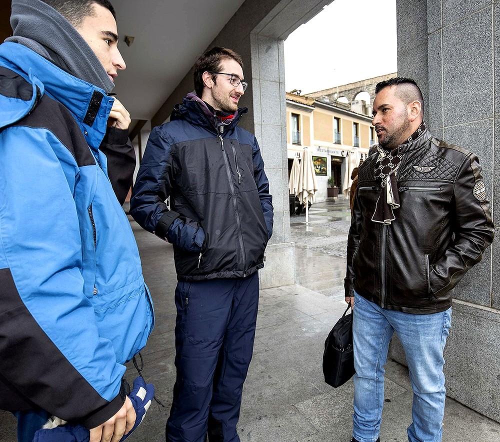 Fernando Bermúdez, área manager de Mox en la zona centro, habla con dos 'riders' segovianos de la empresa.