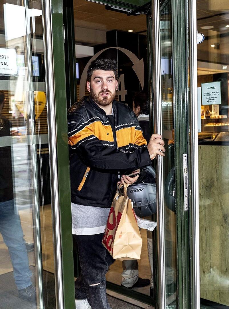 Alberto Espina sale del McDonalds del Acueducto para llevar un pedido.
