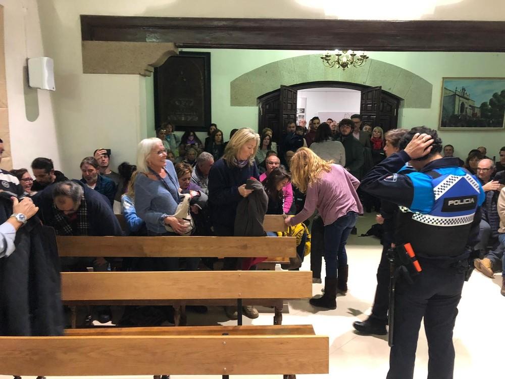 Gritos y expulsión del público en el pleno de El Espinar