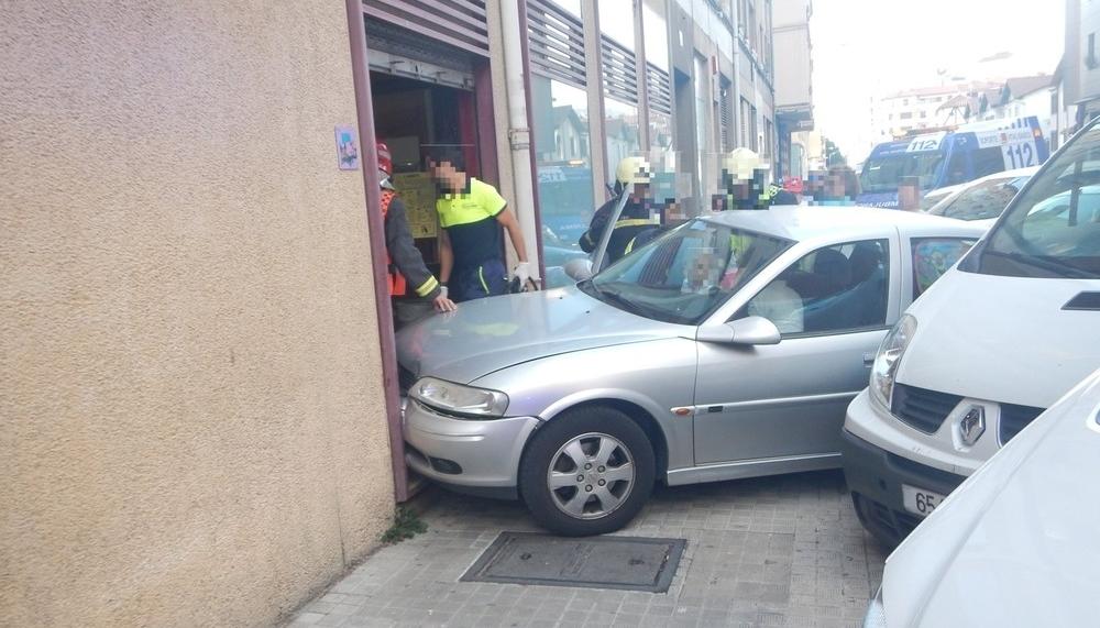 Se empotra al aparcar y atropella a un hombre en Pamplona
