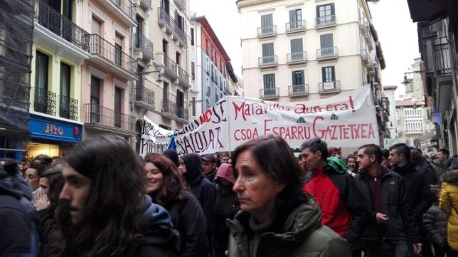 Miles de personas se manifiestan en apoyo del gaztetxe