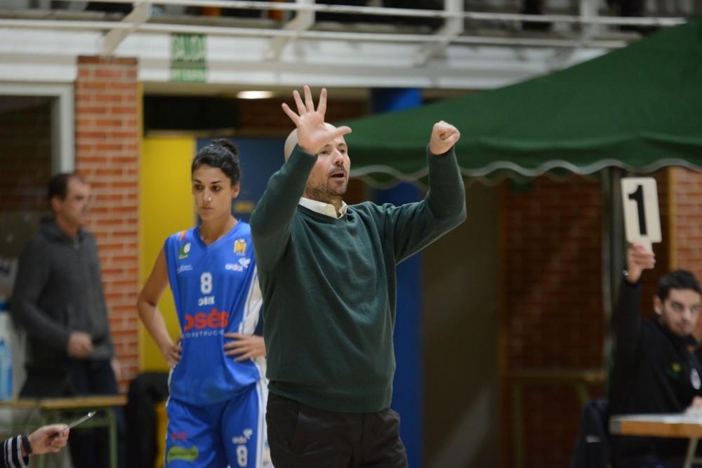 Jotas Unzué da instrucciones a sus jugadoras en un partido anterior.