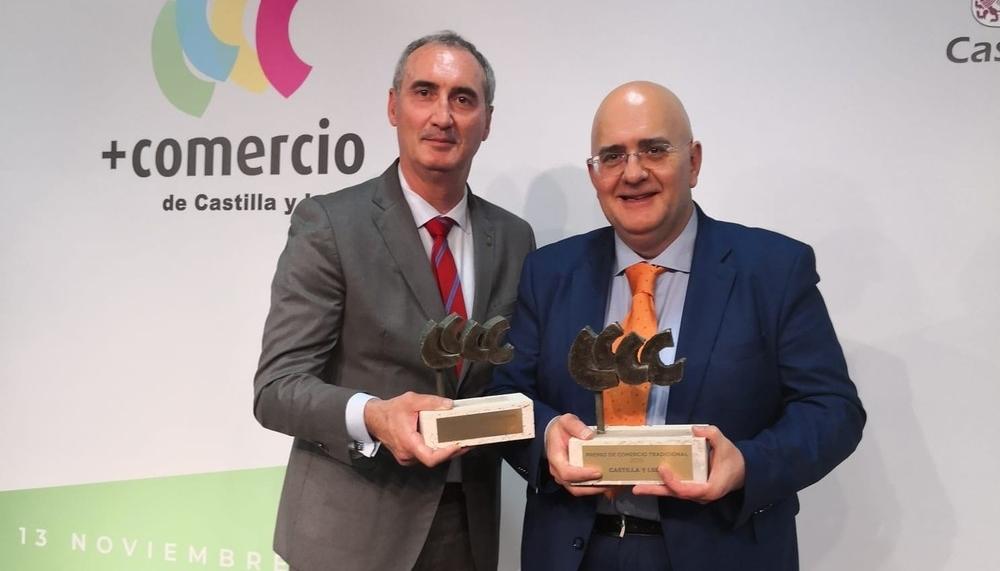 El delegado territorial de la Junta, José Mazarías, y el responsable de Librería Cervantes, Guillermo Herrero.