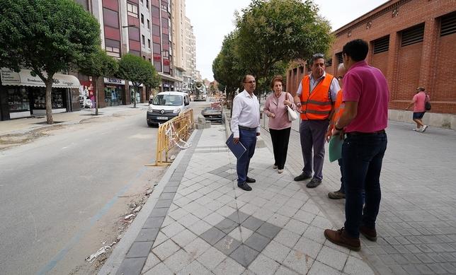 Visita de Luis Vélez a las obras de la calle Panaderos.